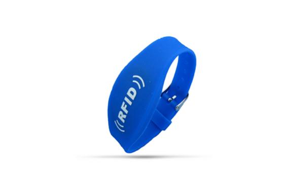 Long range UHF wristband