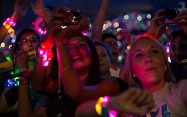 Glowing-LED-Wristbands-for-festivals_960x600